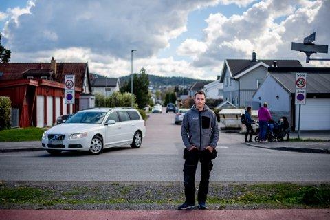 REAGERER: Anders Groth mener det ikke er sikkert i Tor Jonssons gate på Volla etter at Storgata ble stengt.