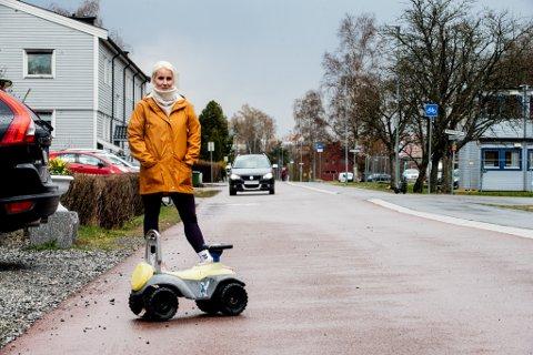 LEKEBIL: Thea bråten Christensen satte ut en lekebil i gata for å vise at bilene ikke skulle passere. Hun forteller at trafikken gjennom sykkelgata økte voldsomt mandag.