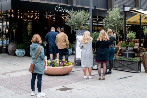 POPULÆRT: Mange ønsker å gå ut å spise og drikke i Lillestrøm om dagen, og flere restauranter melder om helt fullbookede lokaler – og rift om plassene på uteserveringene som ikke kan reserveres.