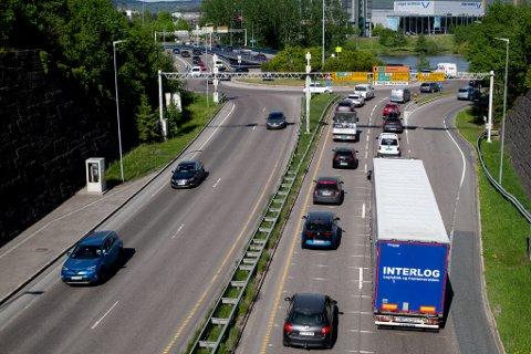 TRAFIKK: Dette er et vanlig syn på ettermiddagene i Lillestrøm. Bente Skulstad (Ap) mener det er å se seg i bakspeilet hvis man åpner opp for mer bilbruk.