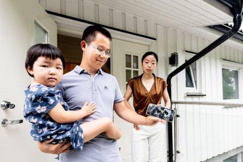 BLE BORTE: Jie Xiang, her sammen med datteren Wan Xiang (3) og kona Wanshan Wang, forteller at pakka hans forsvant samme dag som den ble hentet. Bildet av budet som hentet pakka er det siste sporet han har av pakka, før den forsvant.