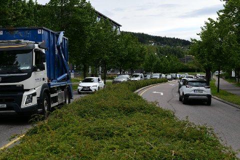 TRAFIKK: Etter at påbud om hjemmekontor og sommerferien er ferdig er det mange bilister tilbake på veiene. Det har så langt denne uken skapt mange og lange køer på Romerike.