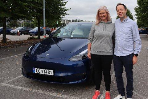 NY BIL: Samboerparet Linn Skarå (38) og Alexander Dreyer Johnsen (40) ble de første som fikk den nye Tesla Model Y i Norge.