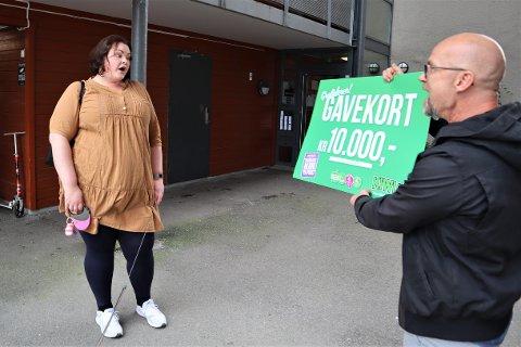 OVERRASKET: Rebekka Alyssa ble mildt sagt overrasket da Fredrik Steen fra Roaf viste henne gavekortet.