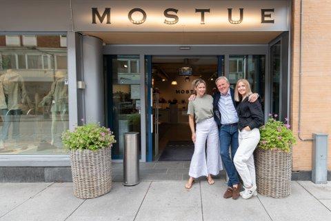 GODT RESULTAT: Klesbutikken klarte seg godt gjennom korona-året 2020. (F.v.) Guro Mostue, Dagfinn Mostue og Jenny Solbakken hos Mostue.