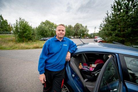 IKKE PLASS: Bjørn Deildok har ikke fått plass til datteren Kira på snart et år i barnehagen rett utenfor døra – eller i Lillestrøm sentrum i det hele tatt. Det gjør hverdagen krevende for den lille familien.