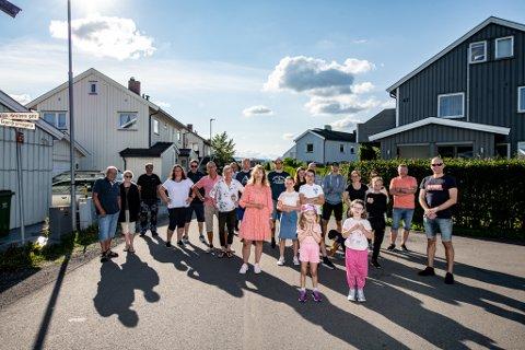 BEKYMRET: Hilde Holte (midten) og naboene i Gjerdrumsgata frykter flere ulykker kan oppstå i gaten.