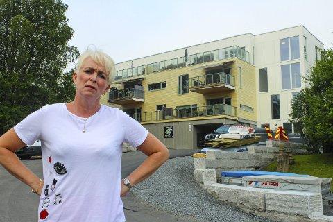 – De skyver beboerne foran seg, sier Heidi Finstad (Ap). Her er hun fotografert foran det aktuelle boligprosjektet i Rælingen for to år siden. Fortsatt er ikke prosjektet helt ferdigstilt.