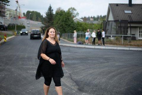 REDD FOR BARNA: FAU-leder Vibeke Holmdahl, ved Kjeller skole forteller at barna i Flyverbyen må krysse et farlig kryss for å komme seg til skolen.
