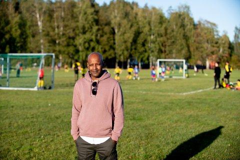 REAGERER: Simon Mesfin reagerer på det som skjedde da han var på fotballtrening med sønnen.