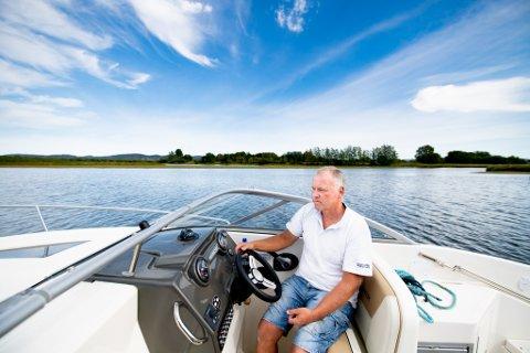 LITE VANN: Båteier Pål Svendsen frykter at Øyeren gror igjen, og at det vil bli vanskeligere og vanskeligere å ferdes her med båt.