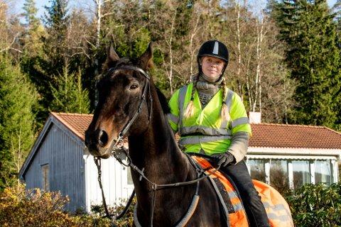 BEKYMRET: June Bjørkhaug synes at det kjøres altfor fort og uansvarlig langs Losbyveien i Lørenskog.
