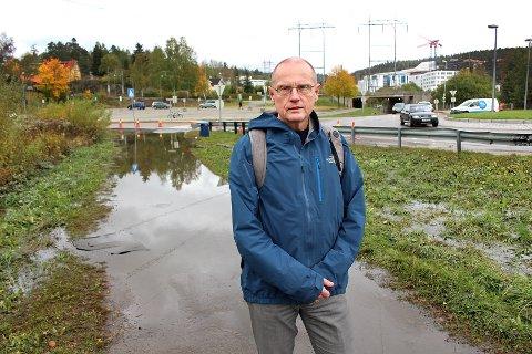 ØNSKELIG AT NOE BLIR GJORT: Kommunaldirektør Knut Edvard Helland i Lørenskog kommune konstaterer at det meste av vannet er borte fra området rundt undergangen mandag ettermiddag, selv om det fortsatt er vått på fortauet.