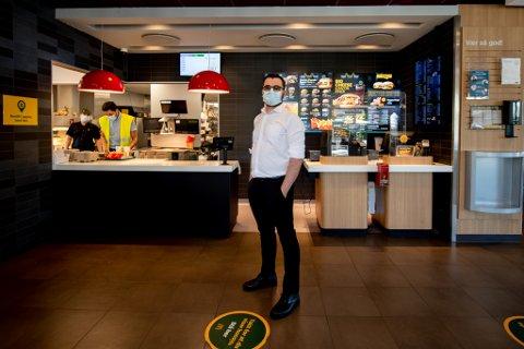 HEKTISK: Fjoråret har vært et bra år for McDonalds–restauranten i Lørenskog. Guiseppe Addonizio har ansvaret for driften av restauranten, og har hatt mye å gjøre den siste tiden.