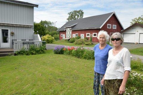 FORTVILER: Berit Skiaker og leietaker May-Britt Finstad synes det er ille at både huset de bor i, låven og flere andre boliger må vike for kommunens planer om skoleutvidelse og ny barnehage.