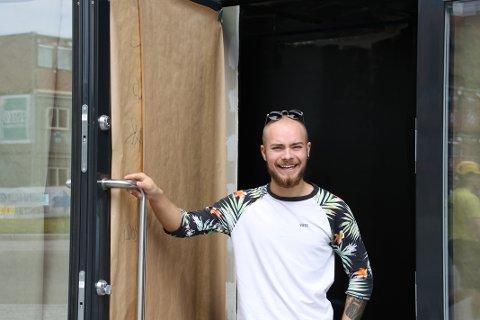 GLEDER SEG: Daniel Larsen (22) mener at Lørenskog trenger en vin- og cocktailbar.  Nå ser han frem til å servere drinker til folk i Lørenskog.