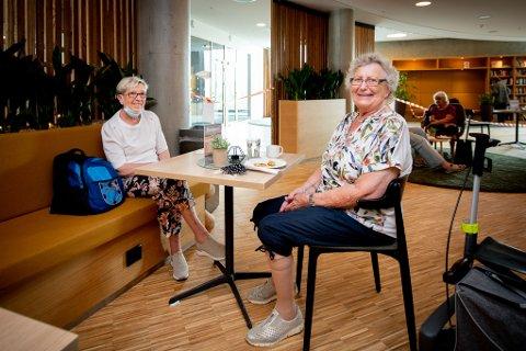 GLADE: Unni Pettersen (fra venstre) og Ingrid Gulbrandsen, er veldig glad for at det har blitt innført lettelser i Lørenskog. Nå kan de kan nyte en kopp kaffe og vaffel på sin favorittkafé.
