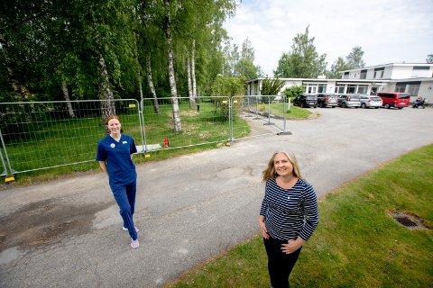 BYGGER NYTT: På det innsperrede området bak daglig leder Monica Holst og tillitsvalgt Eirin Dieseth, skal det bygges et nytt, stort helsehus med en prislapp på 300 millioner kroner.