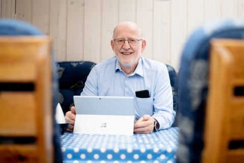 MULIGHETER: Leif Langen (73) fikk interesse for data og IT allerede tilbake på 60-tallet. Det er han glad for i dag.