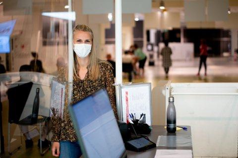 STORT TRYKK: Avdelingsleder for vaksinesenteret i Lørenskog, Sif Petursdottir, er imponert over hvordan staben holder humøret oppe i en særdeles travel tid.