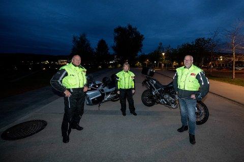 PÅ JOBB: Når mørket senker seg på fredags- og lørdagskvelden drar Paul Grenager, Hilde Skjørland og Tore Sørum ut på motorsykkeltur i Lørenskog for å passe på ungdommen.