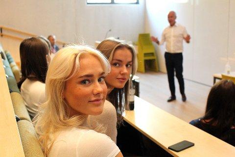 BLE INSPIRERT: Lørenskog-elevene Pia Åvitsland (nærmest) og Åse Maria Wåland satte pris på økonomiforedraget til finansminister Jan Tore Sanner.