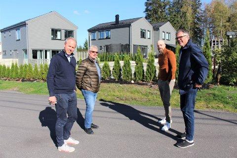 MYE ER ENDRET: Det er gjort utallige endringer i etterkrigsbebyggelsen på Blåkollen, konstaterer Håvard Bjor (t.v.), Erik Myrseth, Kenneth Marius Grimshei og Vidar Grimshei. De er enige om at det mye omtalte rive- og byggeprosjektet i Ringveien 7 bak dem resulterte i boliger som gjør seg godt i området.