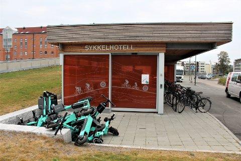 OGSÅ TIL ERGRELSE: Denne haugen med elsparkesykler var nylig å se utenfor sykkelhotellet på Solheim i Lørenskog.