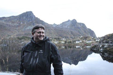 Ut på Tur: Ordfører i Vågan, Eivind Holst, på tur rundt Stranda i Svolvær. Han er glad i naturen, og sommeren tilbringer han gjerne på hytta i Flakstad. Foto: Synne Mauseth