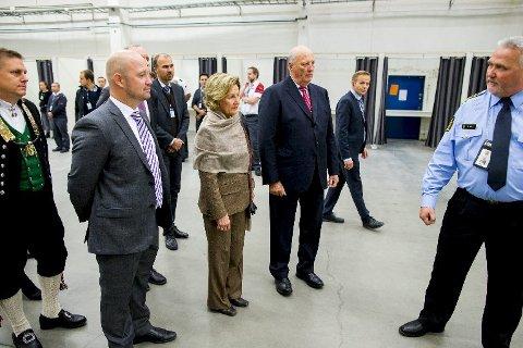 Kong Harald og dronning Sonja sammen med justis- og beredskapsminister Anders Anundsen under et besøk ved ankomstmottaket for asylsøkere i Råde.
