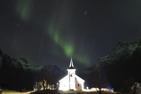 Nordlys: Sildpollnes kapell ble opplyst av nordlyset tirsdag kveld.