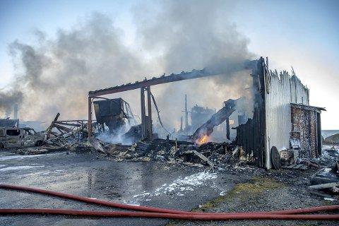 Utbrent: Hele bygningsmassen med produksjonslokaler, lager og butikk for Lofoten Sjokolade og bolig ble helt utbrent i brannen som startet tidlig torsdag morgen.