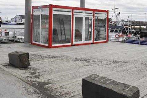 Rett utenfor kontorene til Lofotposten på den gamle fergekaia vil man ha kunstisbane