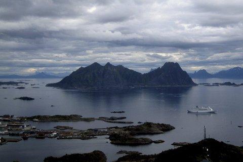 Med i artikkelen: Svolvær er omtalt og representert med bilder i artikkelen. Innfelt ser vi tre av sidene i  Swiss Style med bilder fra Svolvær, Hauklandsstranda og Trollfjord.FOTO. Hugo Johan sen