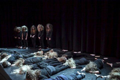 Skummelt: Med sine nifse kostymer og skumle sanger, skapte «Lofoten miniVoices 1» en skrekkfull opplevelse i Lillemolla mandag kveld.