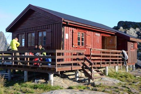 STENGT: Munkebu i Moskenes er stengt etter at et vindu er blitt knust. Turistforeningen sier de stort sett bare har dette problemet i Lofoten. Arkivfoto: Anne Birgit Aga