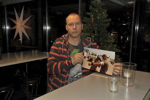 Sterke minner: I stille Norge i ei glad adventsstund anno 2015 er det mange minner som strømmer på for veteranen Kåre Brandt (50) fra Svolvær, som jobbet for FN midt i krigssonen i flere måneder i Bosnia for 20 år siden.Foto: Knut Johansen