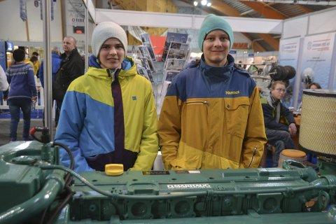 For første gang: August Karlsen (til høyre) og Daniel Bjordal er på LofotFishing for første gang og ser blant annet på store motorer, her i O. Marhaugs stand.Alle foto: Karin P. Skarby