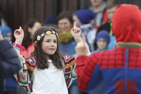 Debut: Maria i første klassehadde pyntet seg for anledningen og gjennomførte flott dans sammen med klassen sin. alle foto: siv monika rosendal