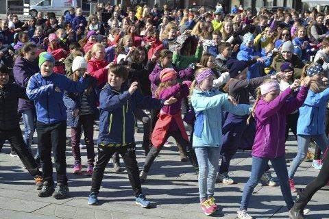 Danseglede: 350 elever fra skolene i Svolvær og Sydalen vartet opp med glade dansetrinn på Dansens Dag. Først her på torget, før de la turen til Amfi Svolvær. Siden i høst har de øvd for å få dette til. Foto: John-Arne Storhaug