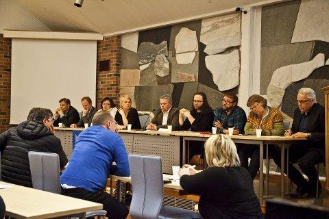 Skoledebatt: Jonny Finstad (H), Remi Solberg (Ap), Tone Nordstrand (Sp), Hilde Holand (KrF), Odd Eskil Andersen (FrP), Bjarne Benjaminsen (Mpdg), Ørjan Arntzen (SV), Gry Åland (V) og Per Hansen (Dk) stilte til skoledebatt på mandag.