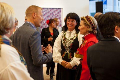 Dronning Sonja i samtale med daglig leder i Arctic Race of Norway, Knut-Eirik Dybdal. I midten står ordfører i Harstad, Marianne Bremnes.