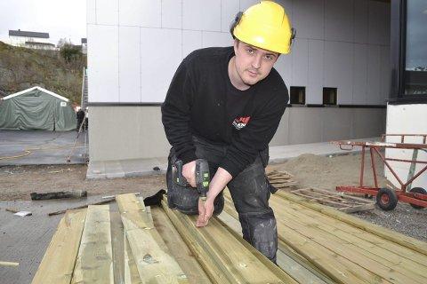 Vinner: Erlend Angelsen (23) gikk til topps i NNM for lærlinger, tømrerfag i 2012. Samme år tok han fagbrevet. – Å vinne gir deg ikke bare diplom og pengepremie. Det følger også status og ære med, sier lofotingen som tross mange jobbtilbud har valgt å fortsette i bedriften som rekrutterte ham til NESO-skolen, DSN.Foto: John-Arne Storhaug
