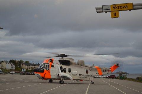 Redningshelikopteret landet på fergeleiet for å ta om bord lokale hjelpemannskaper.