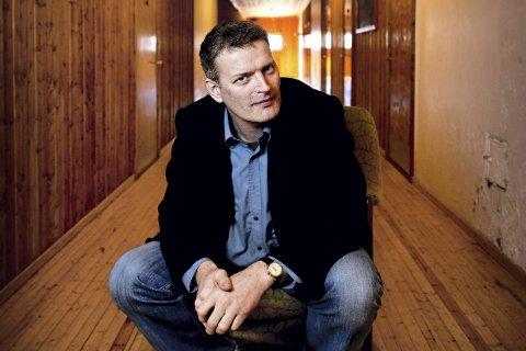 Familiemysterium: Forfatter Lars Mytting ble for alvor kjent med faktaboken «Hel ved». Til Reine og litteraturfestivalen kommer han med sin siste roman i bagasjen. – Jeg har hørt mye positivt om festivalen, og gleder meg til å møte nye lesere, sier Mytting.  Foto: Erik Lindholm Hansen
