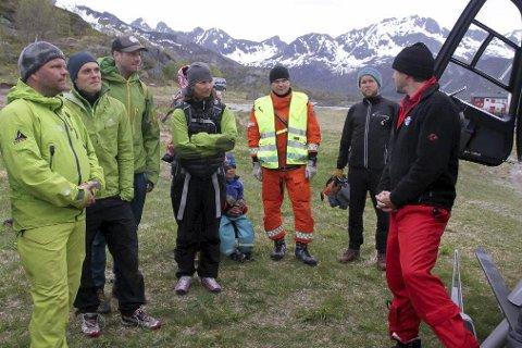 Helikopterbesøk: Svolvær alpine redningsgruppe fikk en god teknisk orientering om det nye ambulansehelikopteret på Evenes, da det besøkte redningsgruppen forrige onsdag i Vågan, og de fikk trent sammen. Foto: Thommy Dahl Olsen