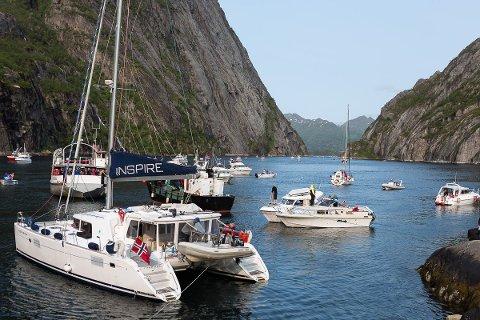 Flytende publikum: Trollfjorden fylles i skrivende stund opp med båter.
