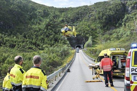AMBULANSE: Den éne av de to kvinnene på motorsykkel som var involvert i ulykken utenfor Rørvikskartunnelen fredag ble fraktet med helikopter til Universitetssykehuset i Tromsø. Foto: Christina Svanstrøm