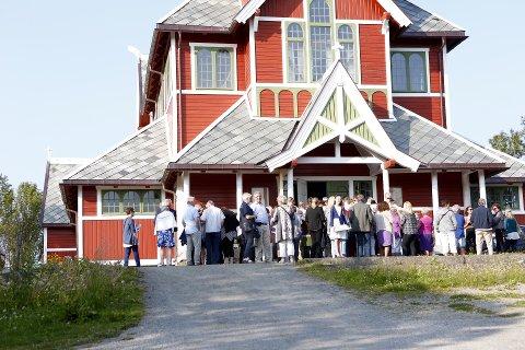 FOLKSOMT: Allerede en time før konsertstart sto det store mengder publikum utenfor Buksnes kirke.