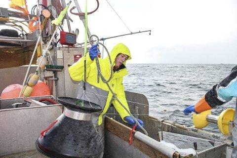 ARBEID: Feriene hjemme på Røst som fisker kreve hardt arbeid, men er god avkobling fra medisinstudiene, sier Martin Charles Mørch (20).alle foto: privat